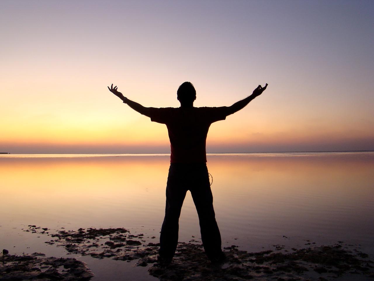 Freiheit umarmen am Meer